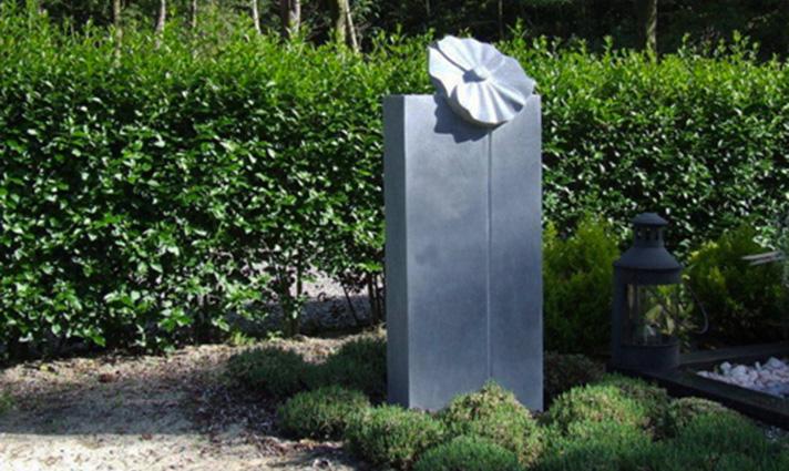 Gedenkbeeld Klaproos voor jong meisje Marianne van den Heuvel