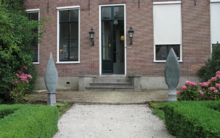 Marianne van den Heuvel, 'Wachters', Dolomiet en Belgisch hardsteen.